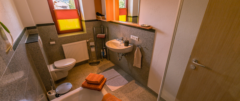 Badezimmer 2 mit Wanne und Dusche