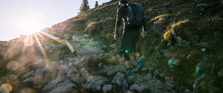 Bergwanderung der Sonne entgegen