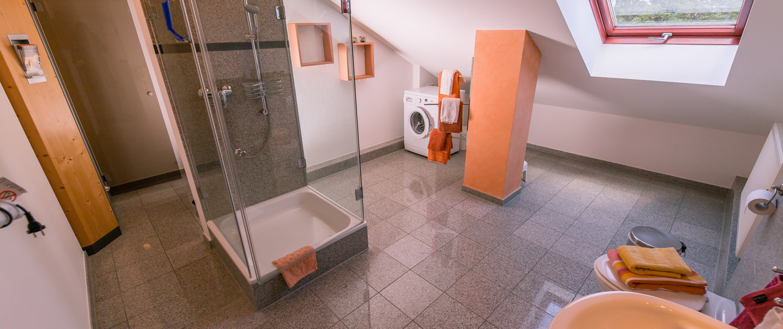 Großes Duschbad mit Wanne und Waschmaschine